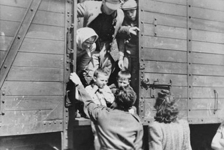 Polish deportees embark for resettlement in Germany. Citation: United States Holocaust Memorial Museum Photo Archives #78426; courtesy of Instytut Pamięci Narodowej.